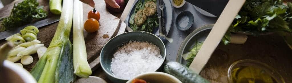 Unterrichtet werden die energetischen und physischen Wirkungsweisen sowie Indikationen der wichtigsten Früchte, Gemüse, Salate, Getreide, Nüsse, Hülsenfrüchte, Fleischarten und Fische in der chinesischen Ernährungslehre.